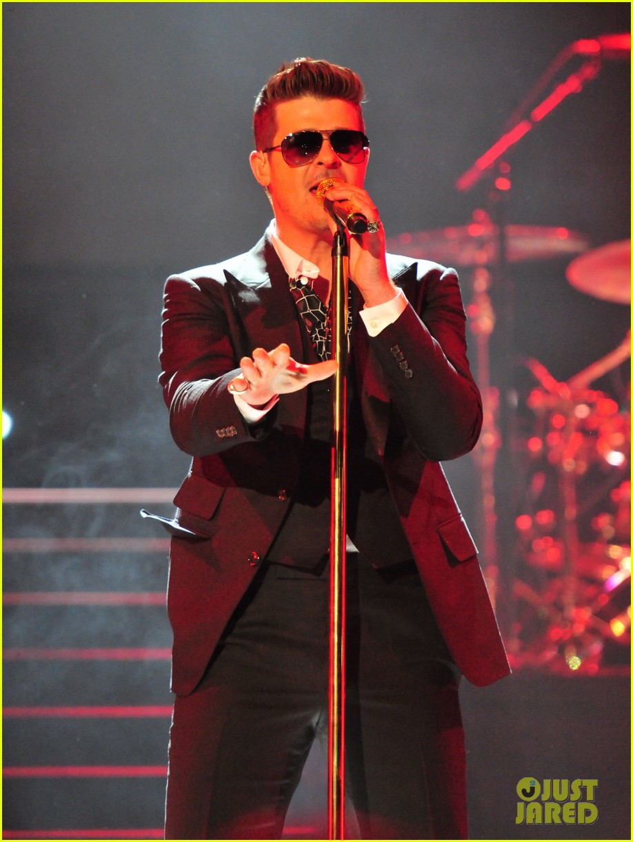 robin thicke dedicates lost without u to paula patton at washington concert 02