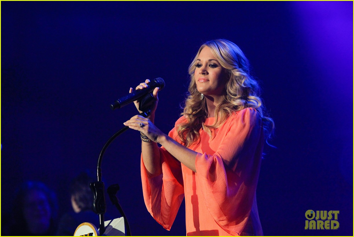 carrie underwood receives artist humanitarian award at crs 03