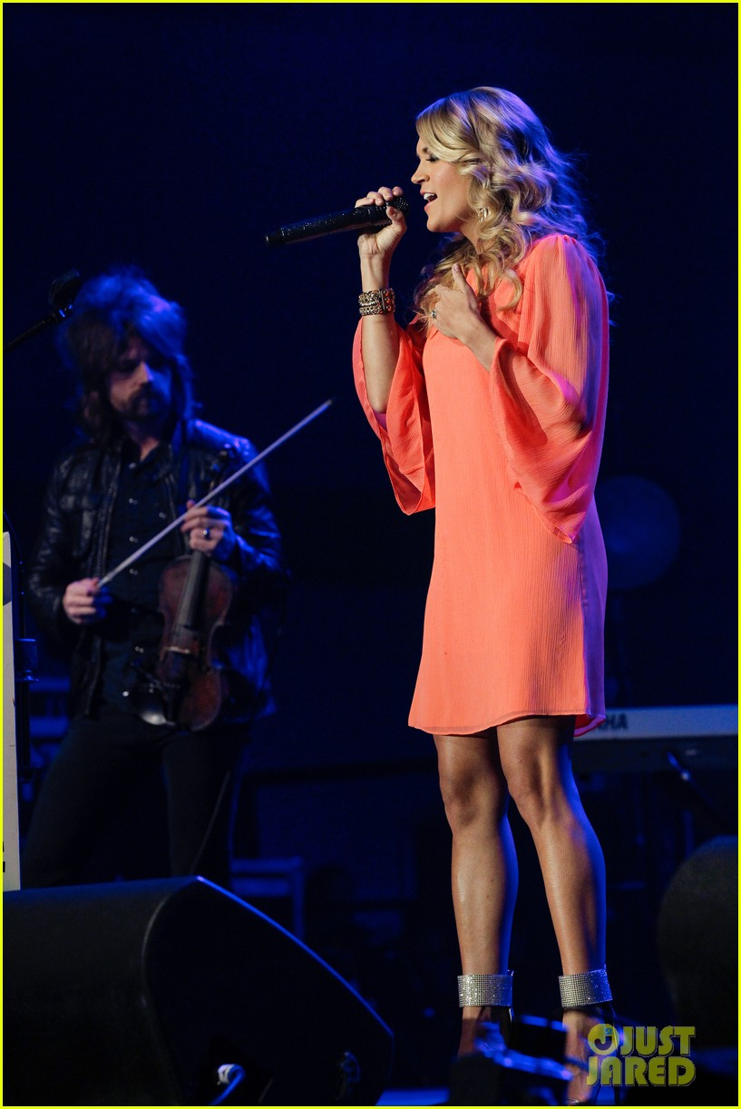 carrie underwood receives artist humanitarian award at crs 06