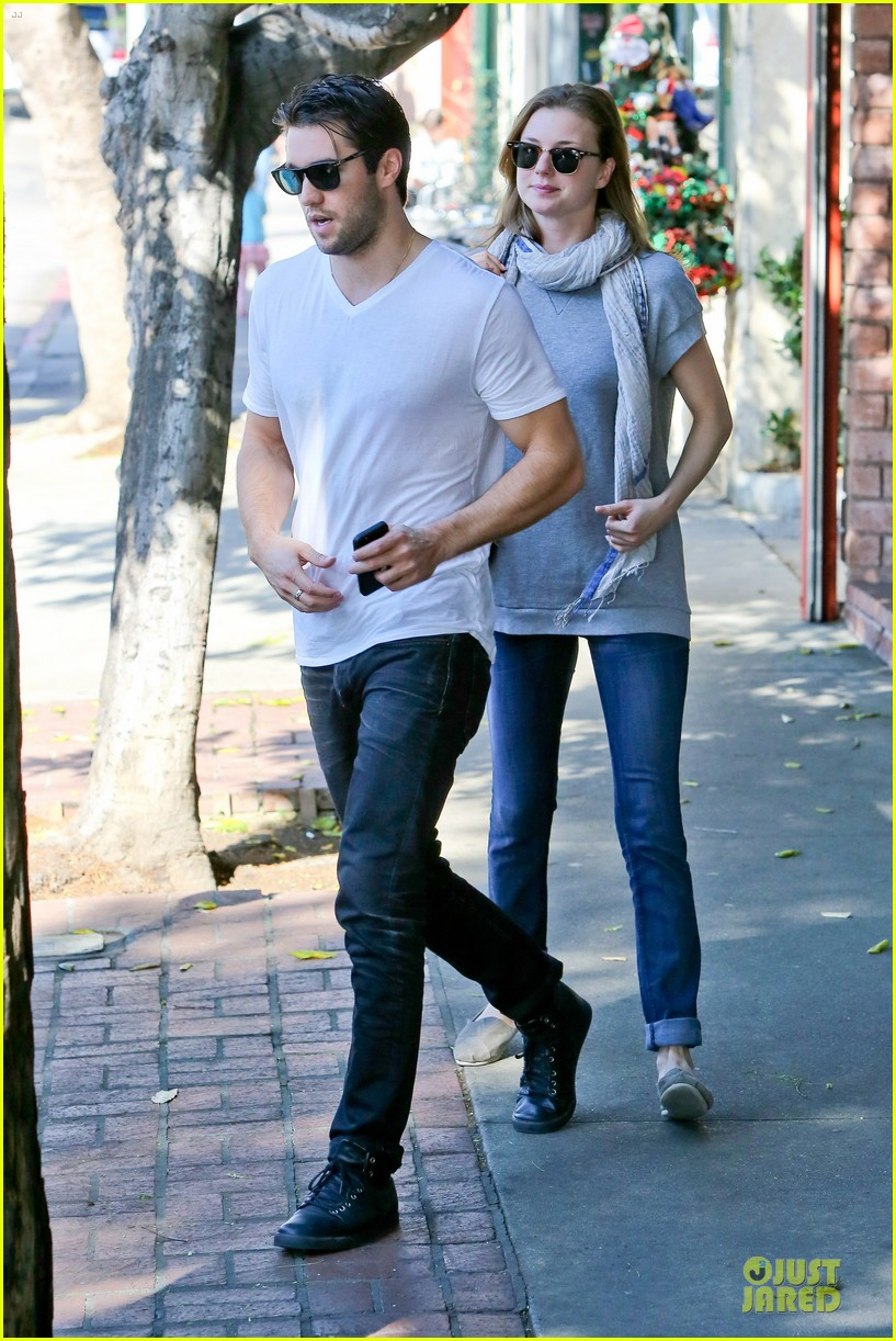 emily vancamp josh bowman hold hands before valentines day 08