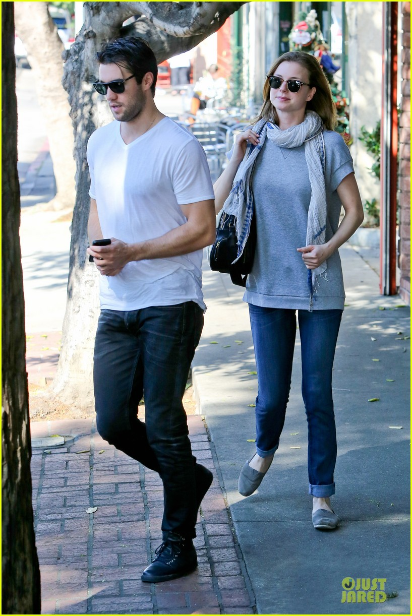 emily vancamp josh bowman hold hands before valentines day 09