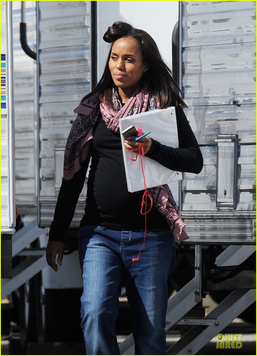kerry washington pregnant multitasker on scandal set 08