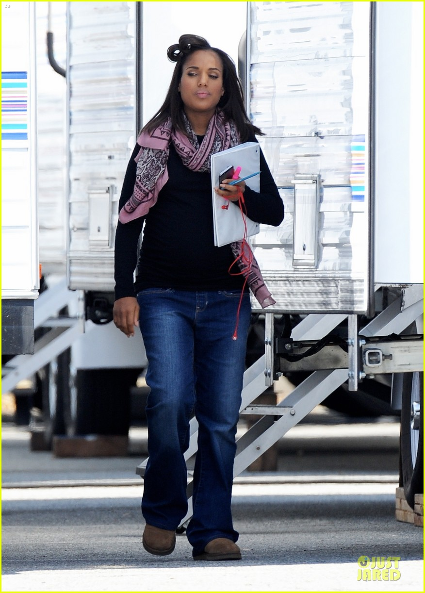 kerry washington pregnant multitasker on scandal set 09
