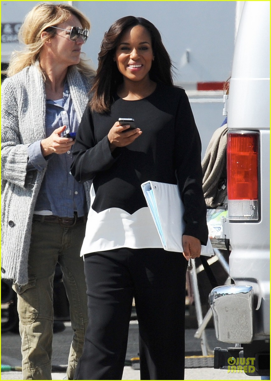 kerry washington pregnant multitasker on scandal set 153059954