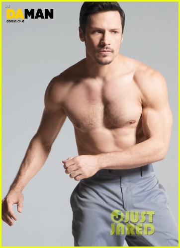 nick wechsler flashes shirtless abs for da man magazine 033047294