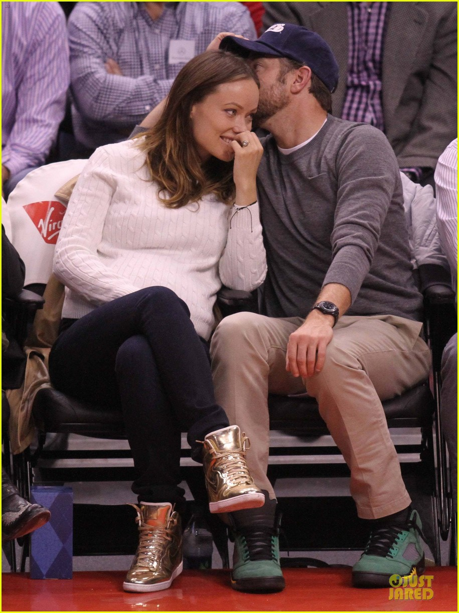 olivia wilde jason sudeikis passionately kiss at clippers game 013056093