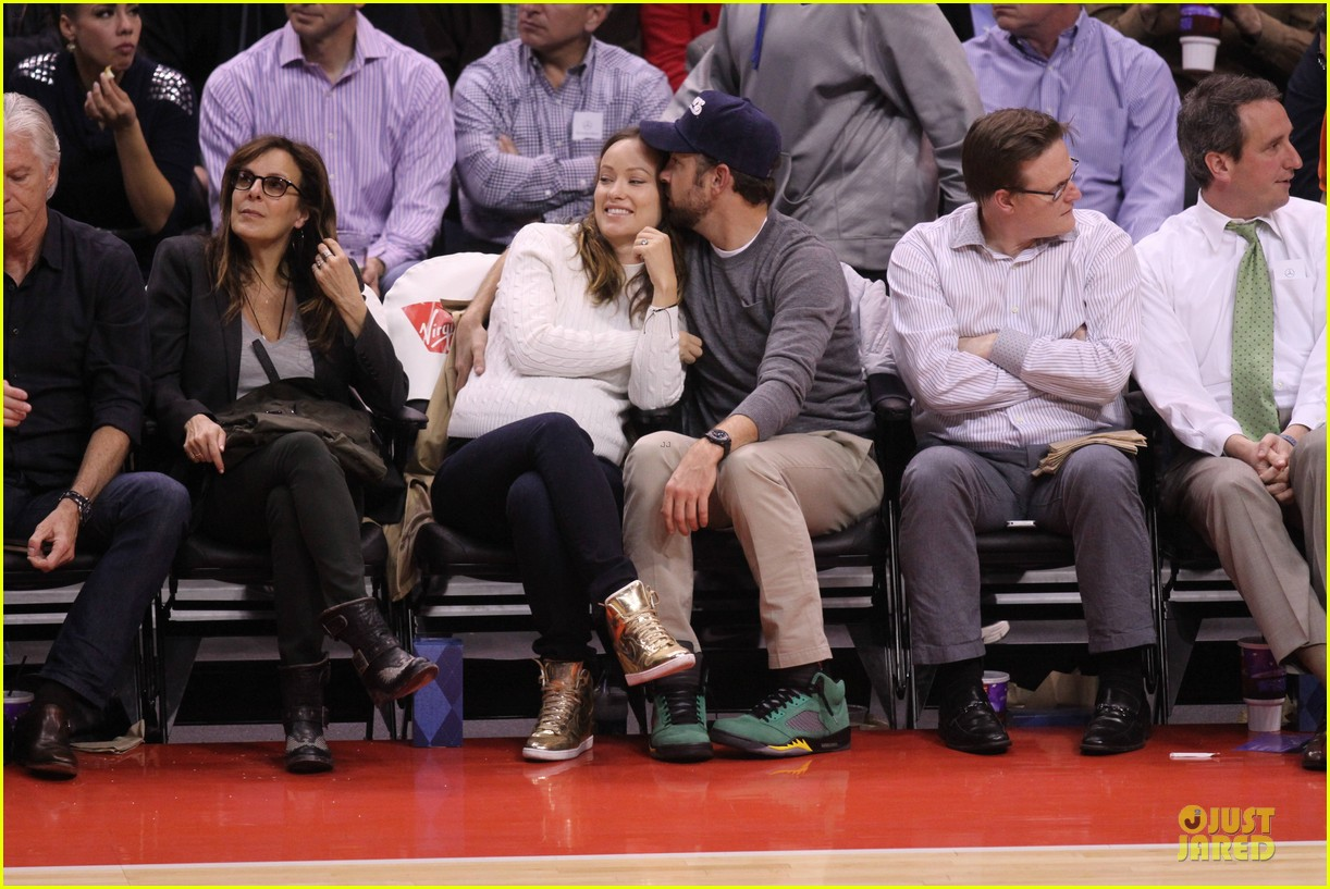 olivia wilde jason sudeikis passionately kiss at clippers game 22