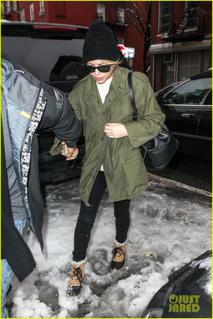 michelle williams visits mimi odonnells apartment 053048097