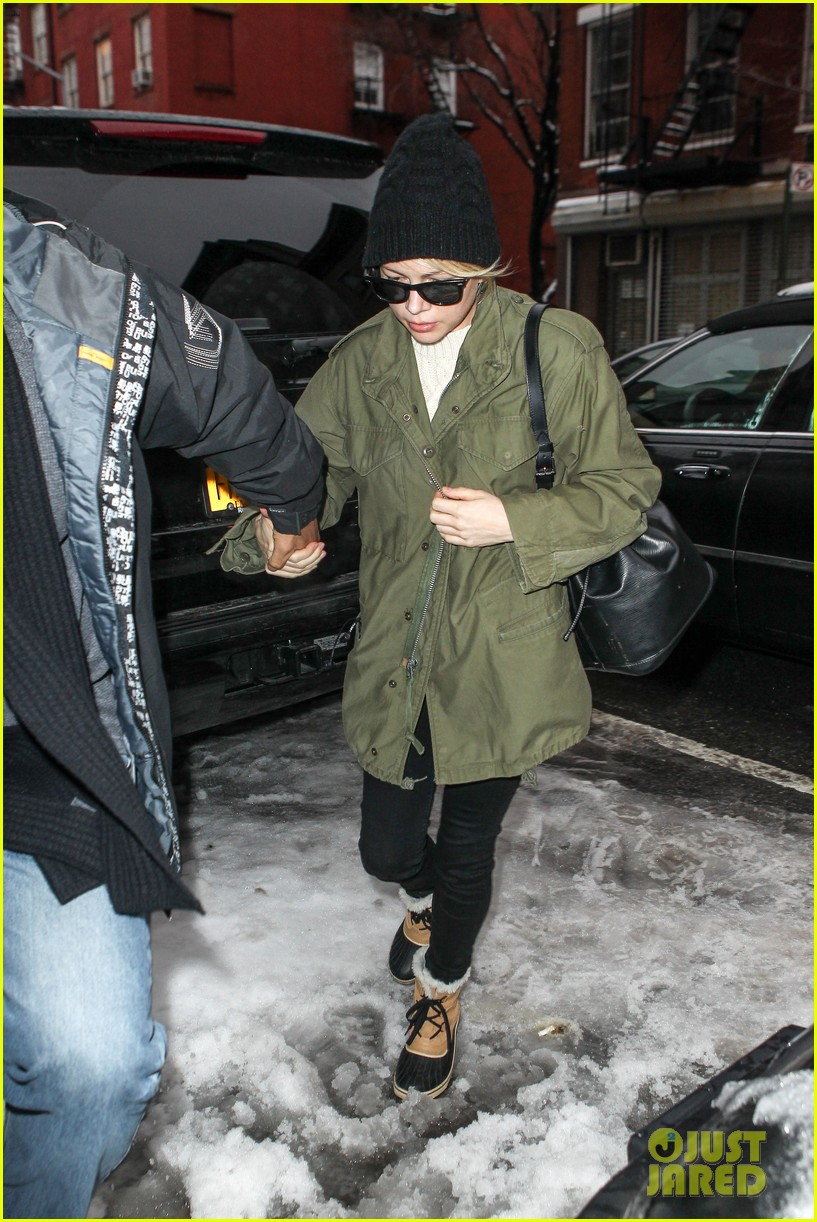 michelle williams visits mimi odonnells apartment 13