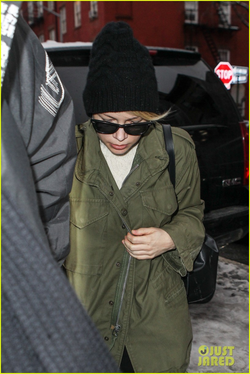 michelle williams visits mimi odonnells apartment 153048107