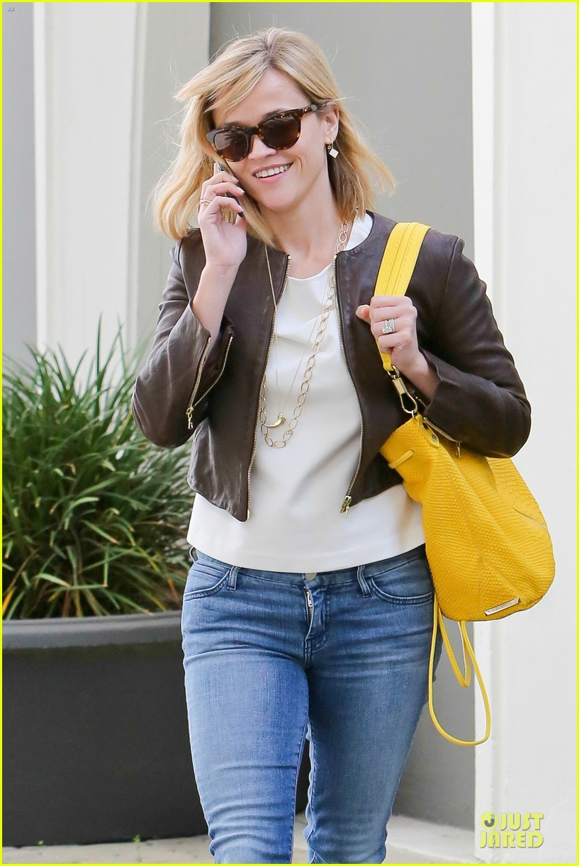 reese witherspoon fierce wild errands following lax landing 14