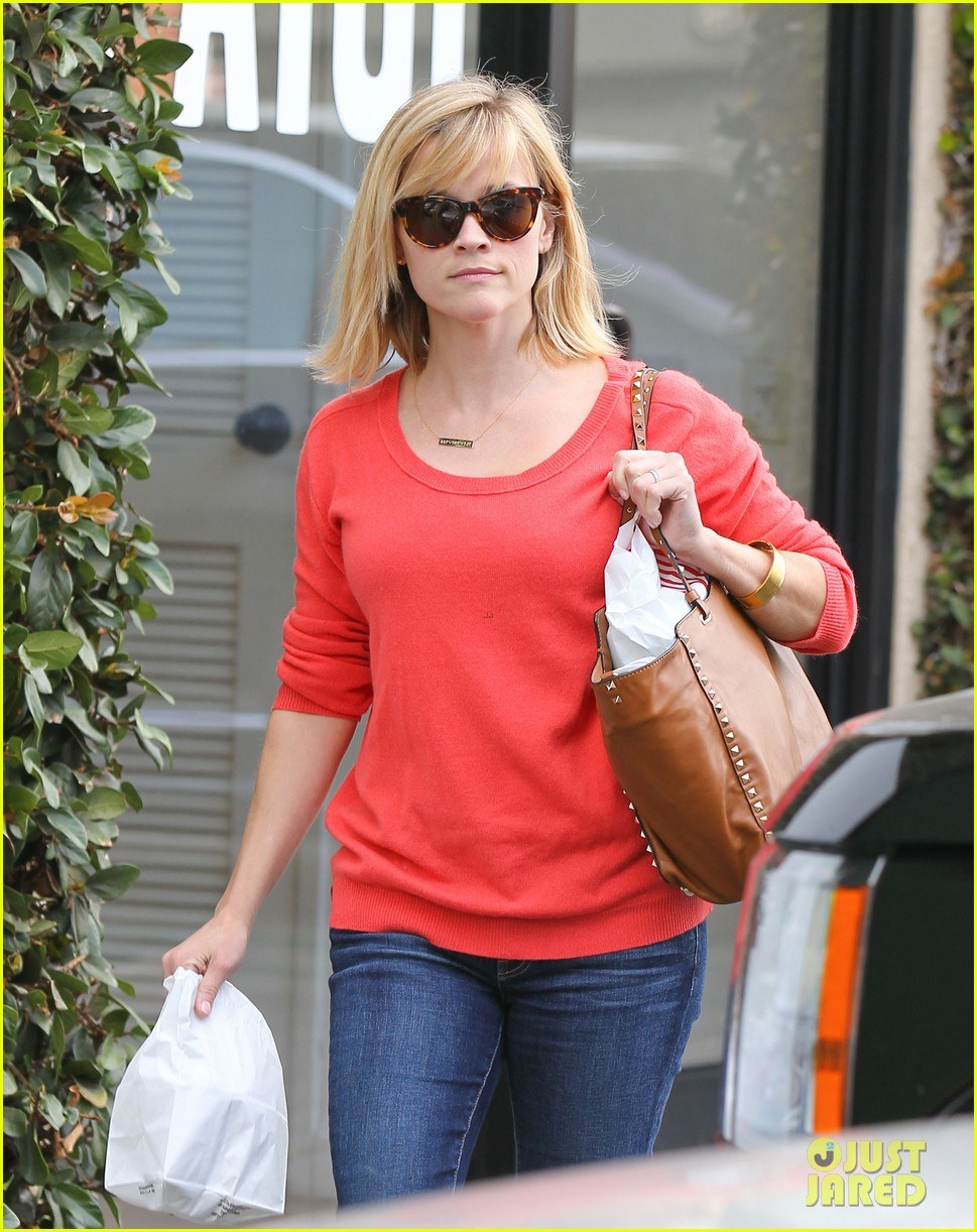 reese witherspoon lunches at le pain quotidien 063062237
