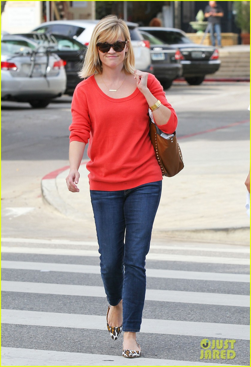 reese witherspoon lunches at le pain quotidien 10