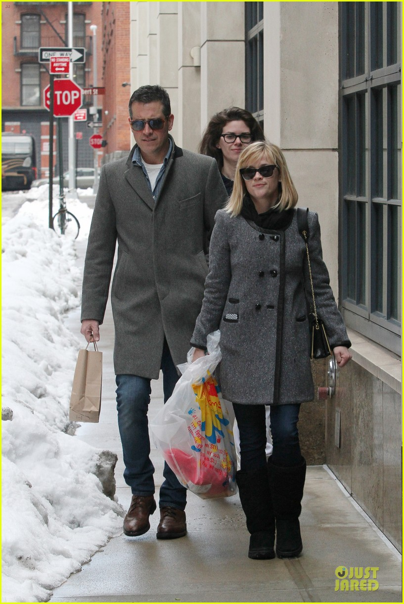 reese witherspoon jim toth matching couple on valentines day 02