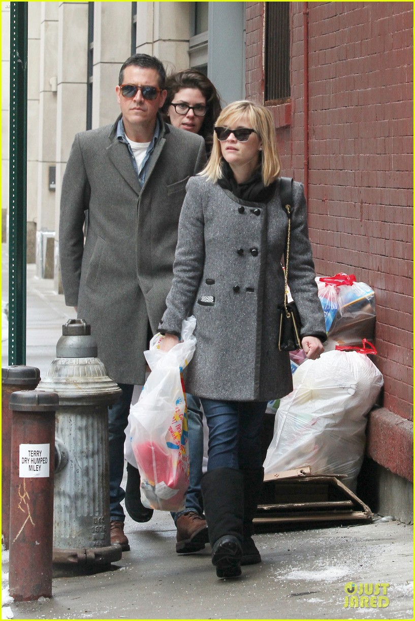 reese witherspoon jim toth matching couple on valentines day 113053682