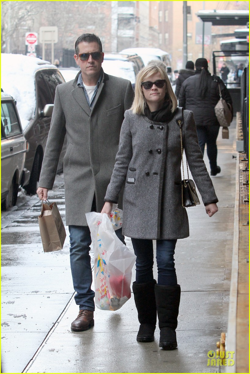 reese witherspoon jim toth matching couple on valentines day 12
