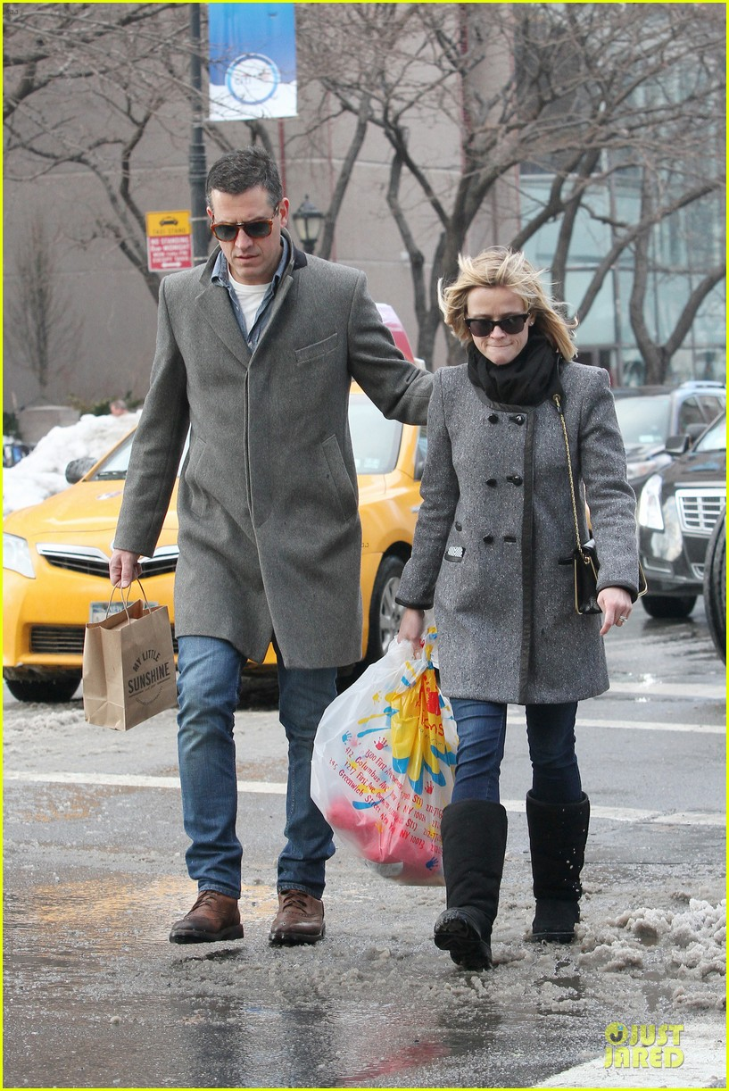reese witherspoon jim toth matching couple on valentines day 143053685