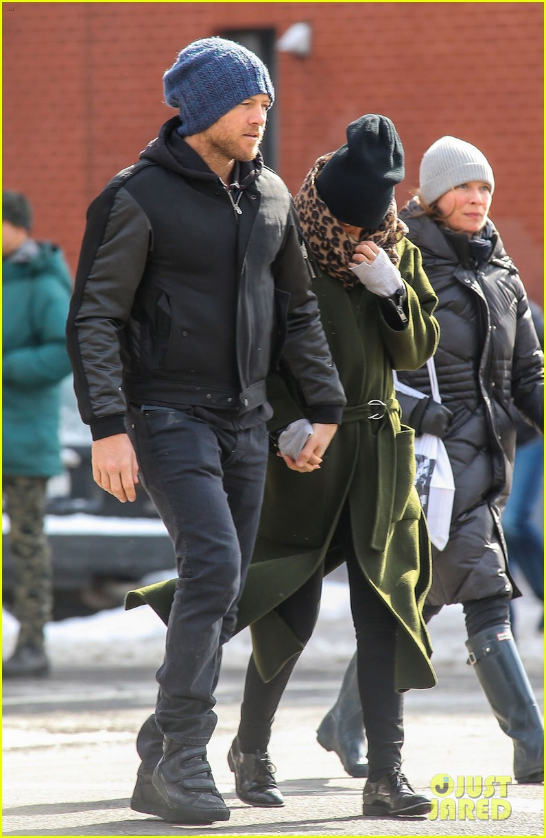 sam worthington strolls big apple with bundled up lara bingle 043054905