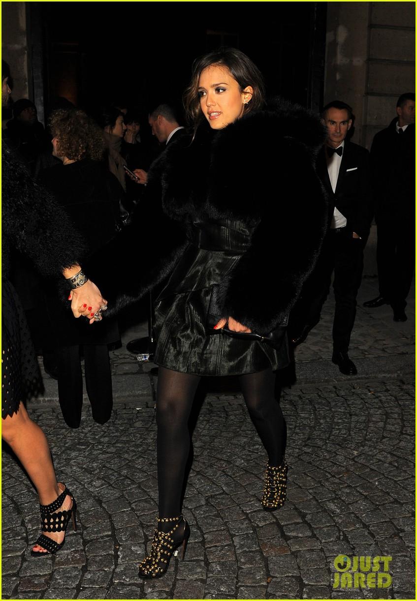 jessica alba wraps up paris fashion week flies to new york 193065685