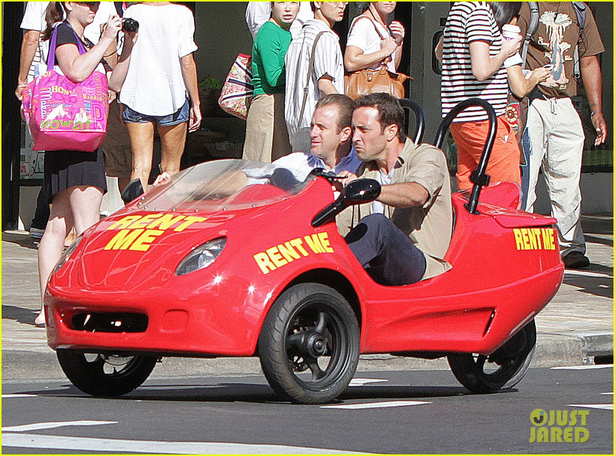 alex oloughlin scott caan drive around in a tiny rental car for hawaii 50 013074728