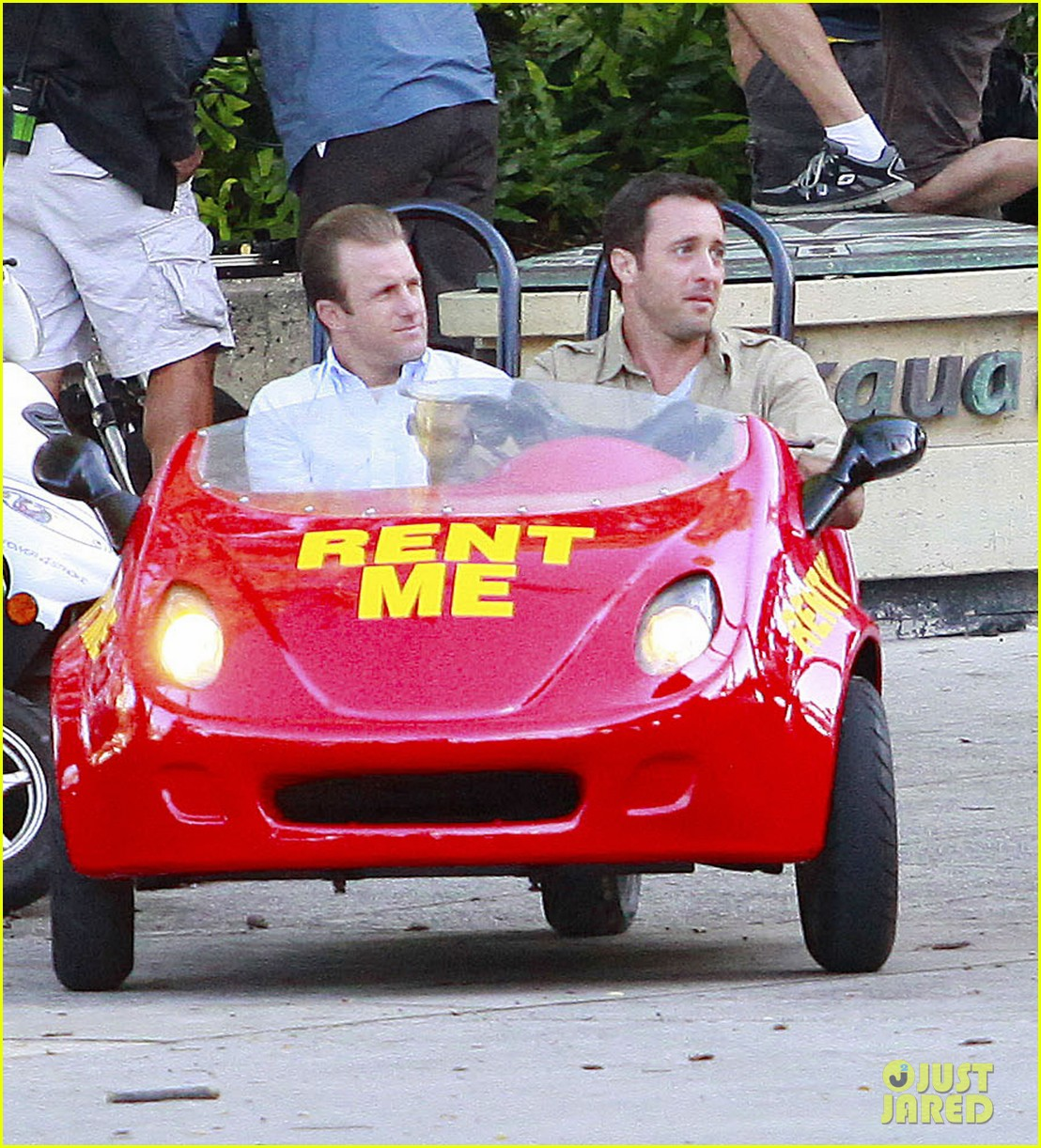 alex oloughlin scott caan drive around in a tiny rental car for hawaii 50 05