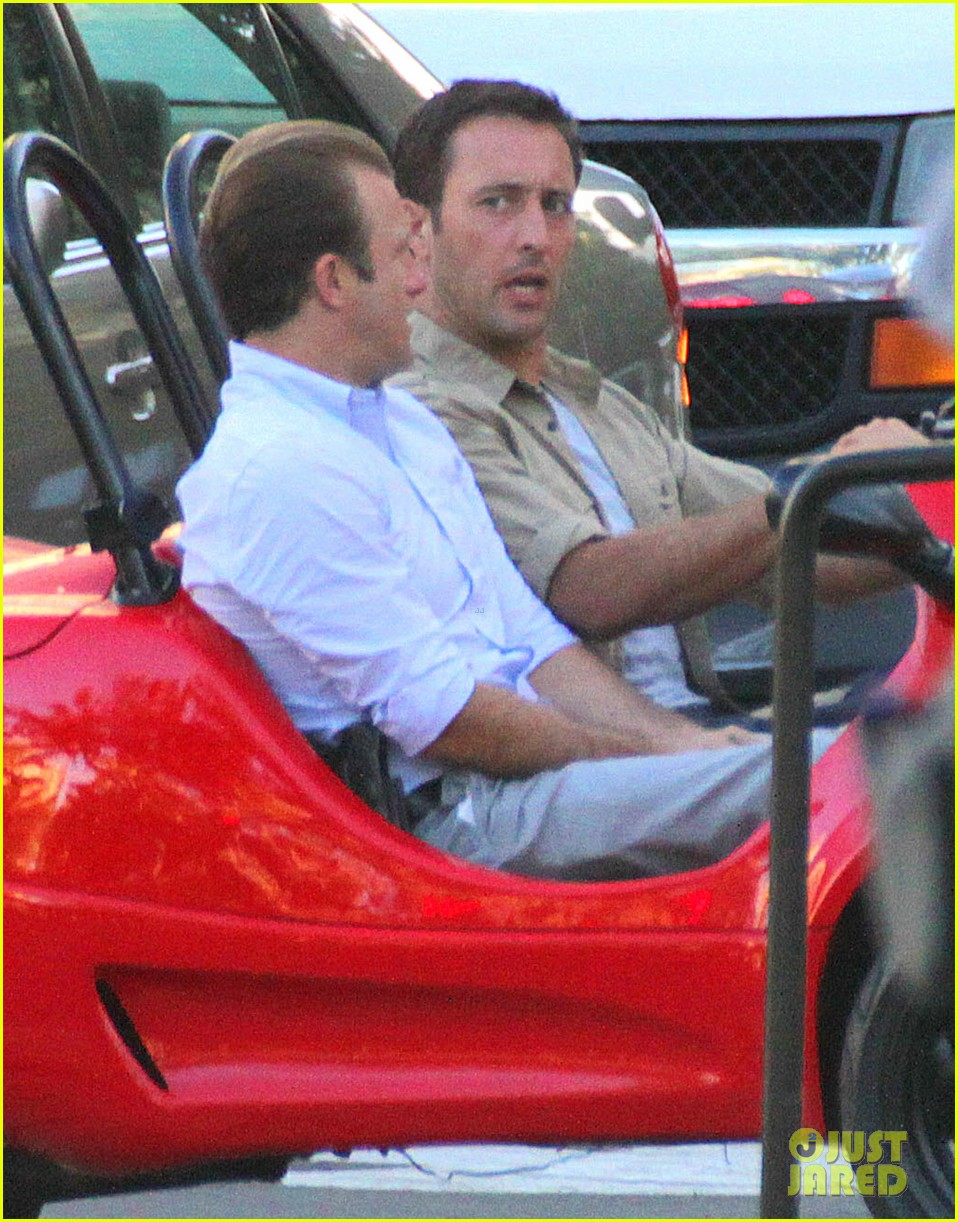 alex oloughlin scott caan drive around in a tiny rental car for hawaii 50 07
