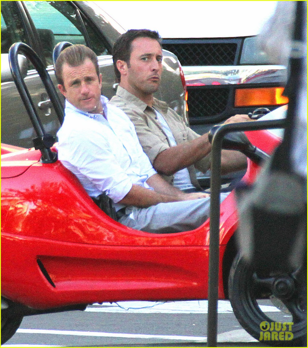 alex oloughlin scott caan drive around in a tiny rental car for hawaii 50 08