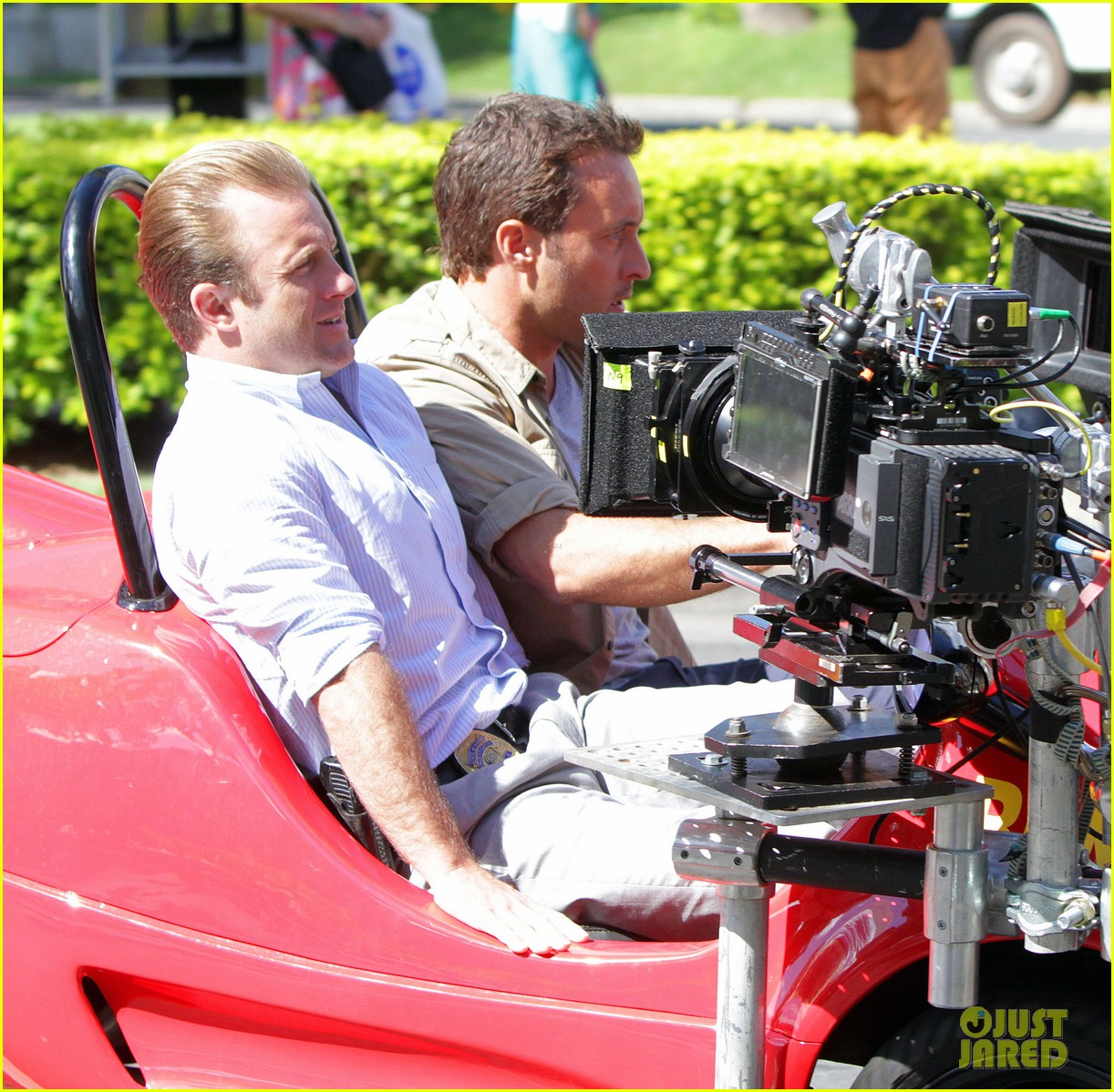 alex oloughlin scott caan drive around in a tiny rental car for hawaii 50 103074737