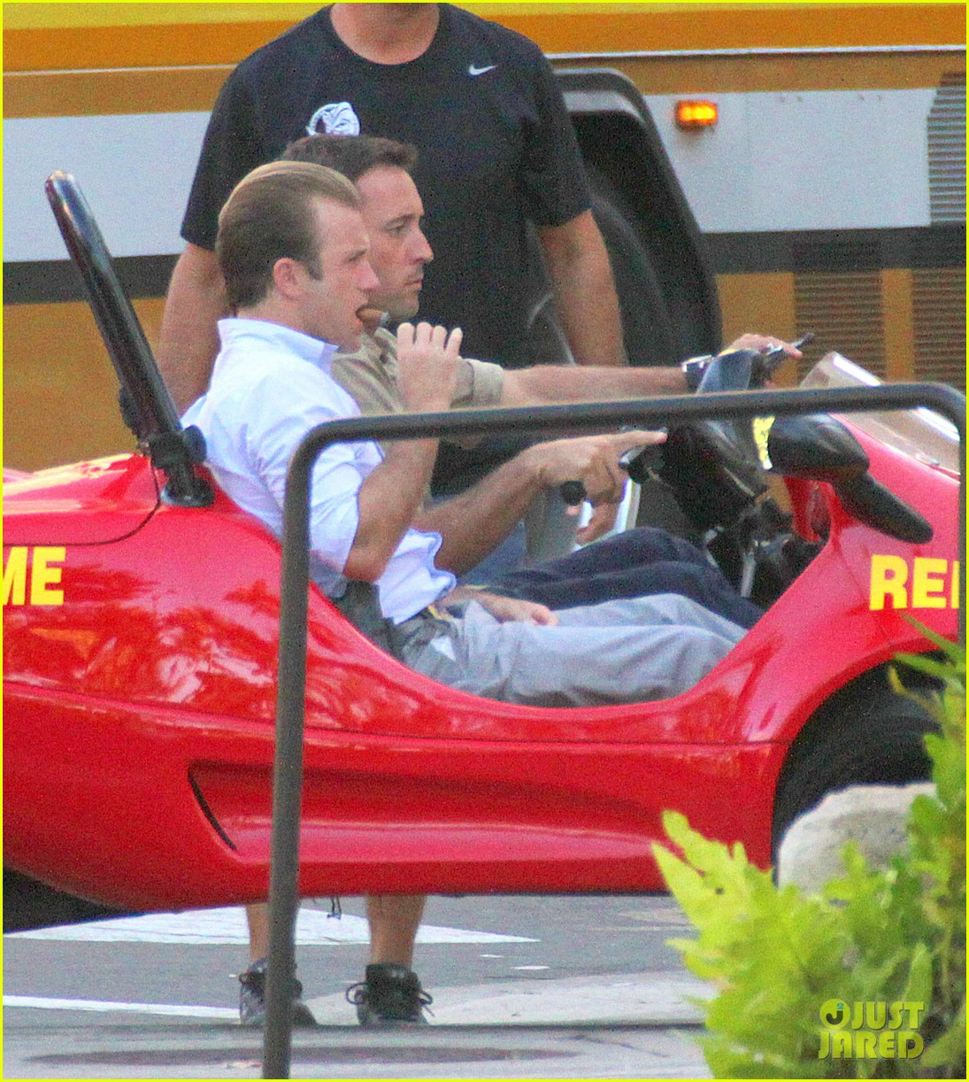 alex oloughlin scott caan drive around in a tiny rental car for hawaii 50 11
