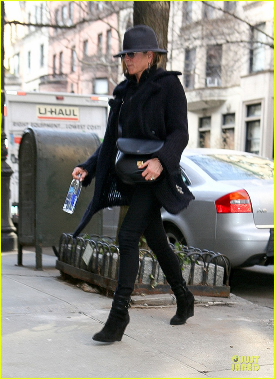 jennifer aniston uses fedora to blend in with nyc 05