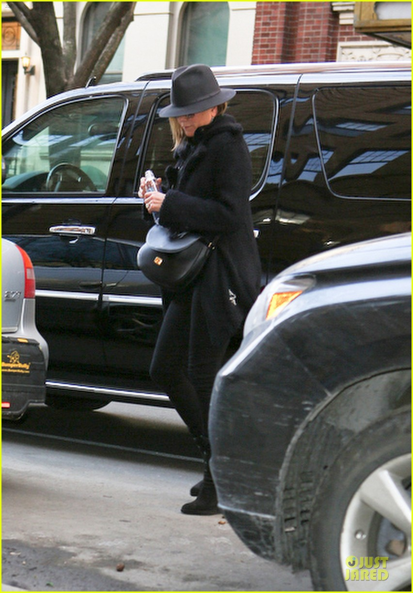 jennifer aniston uses fedora to blend in with nyc 10