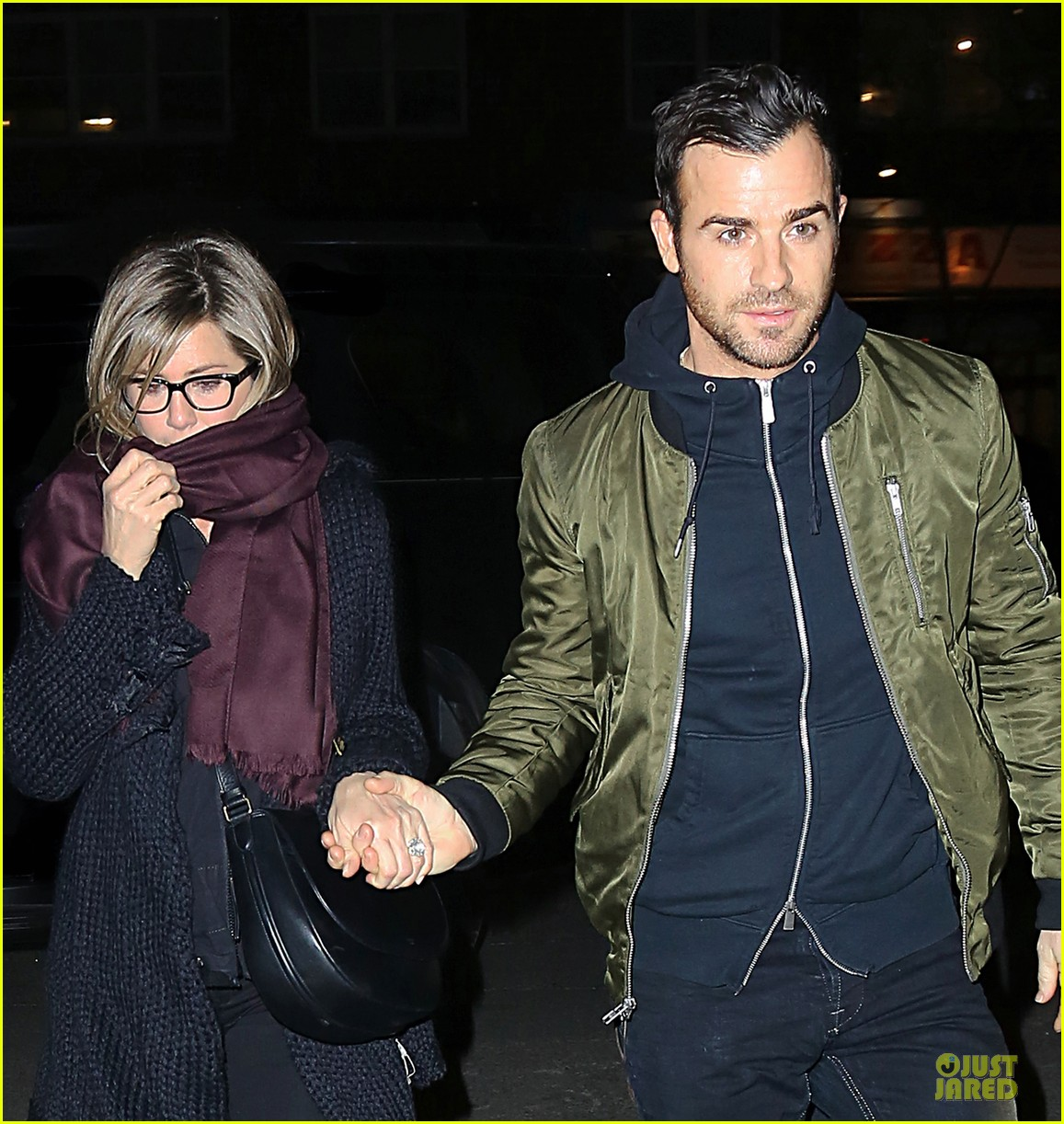 jennifer aniston justin theroux hold hands on nyc night 02