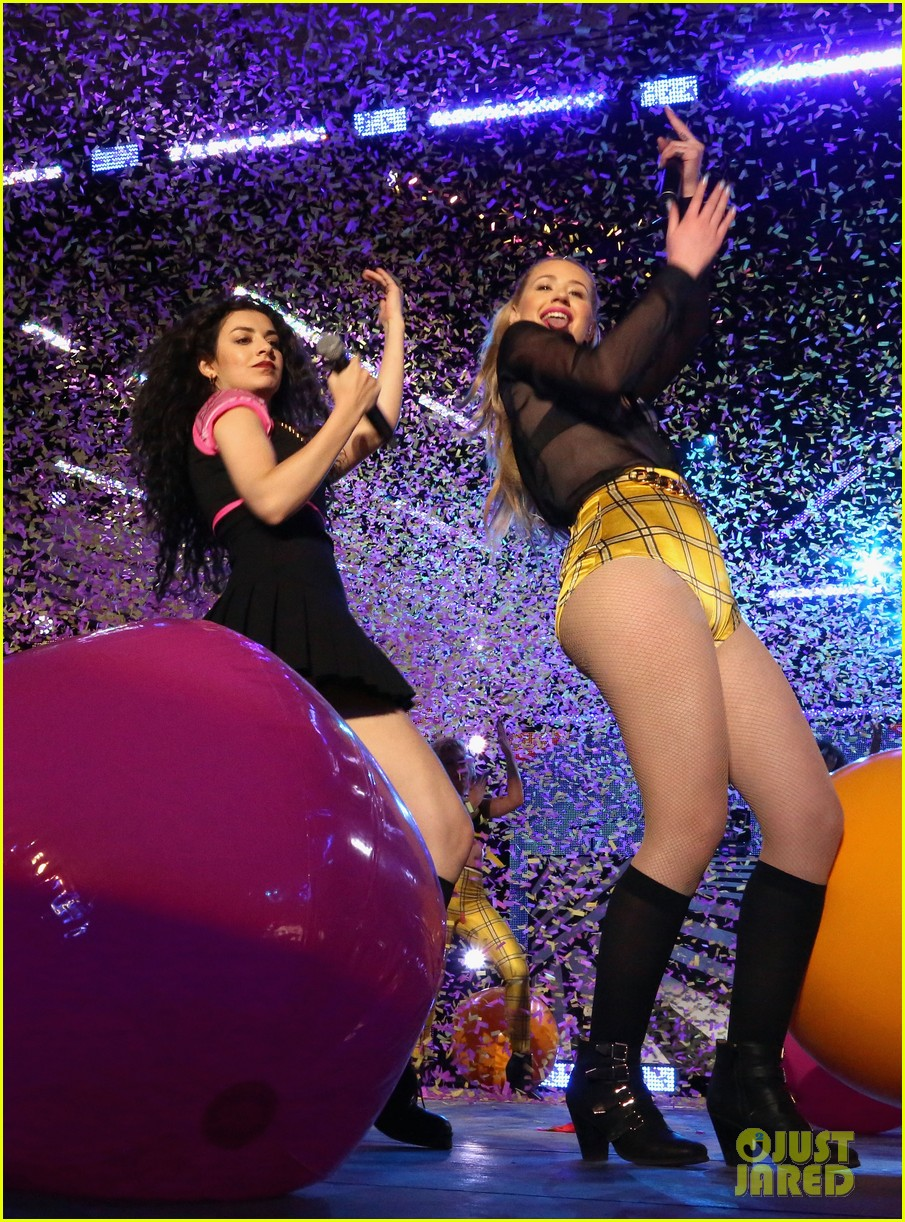 iggy azalea peforms fancy with charli xcx at the mtvu woodie awards 07