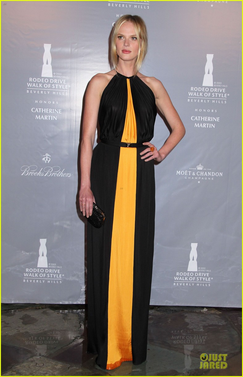 cate blanchett dons two different dresses at rodeo drive awards giorgio armani celebration 093062806