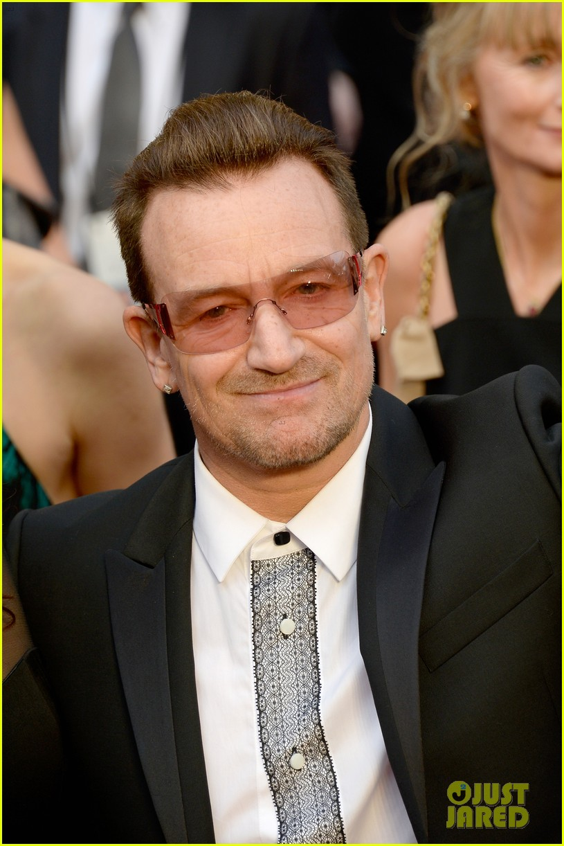 bono u2 walk oscars 2014 red carpet before performing 01
