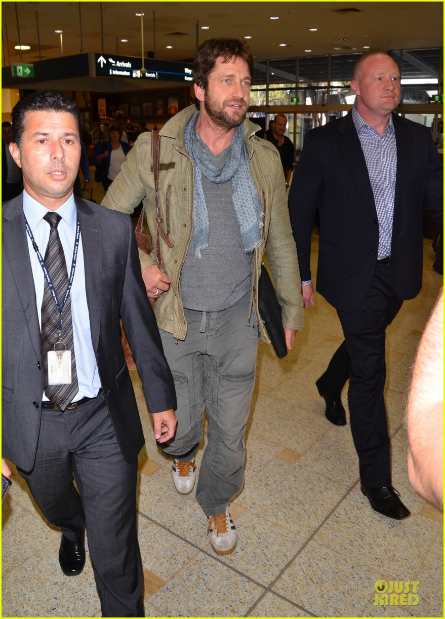 gerard butler is surrounded by security at sydney airport 053065139
