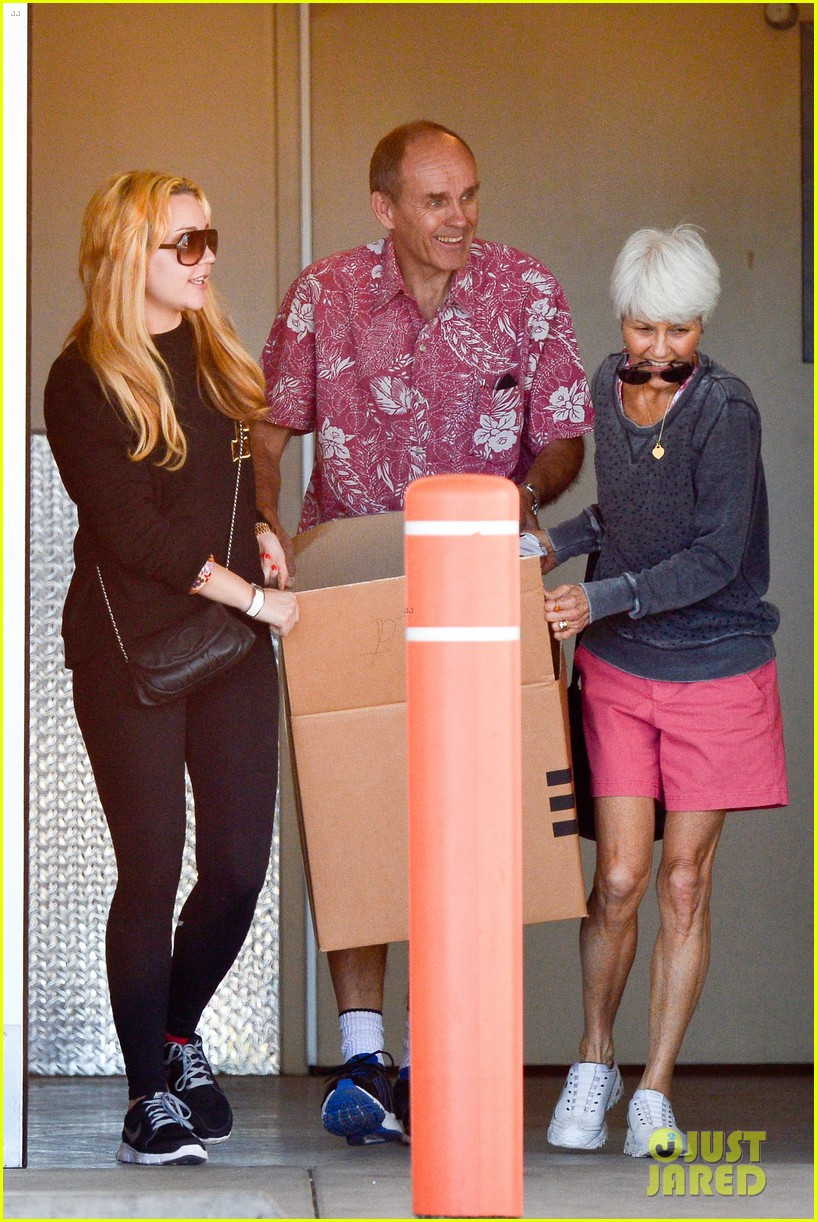 amanda bynes her parents pack up boxes at storage facility 03