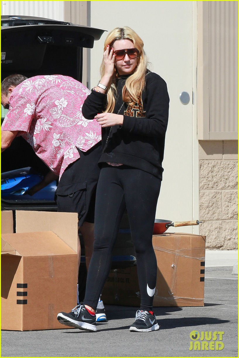 amanda bynes her parents pack up boxes at storage facility 063069028