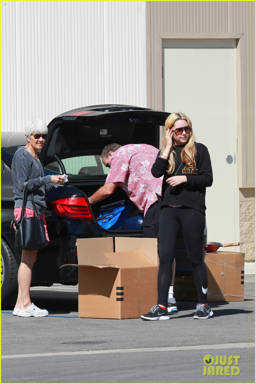 amanda bynes her parents pack up boxes at storage facility 09