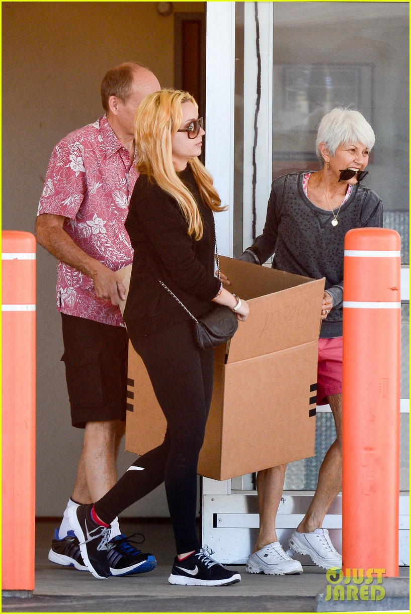 amanda bynes her parents pack up boxes at storage facility 133069035