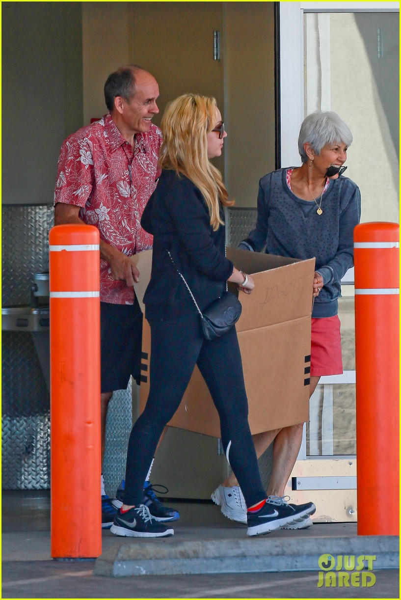 amanda bynes her parents pack up boxes at storage facility 25