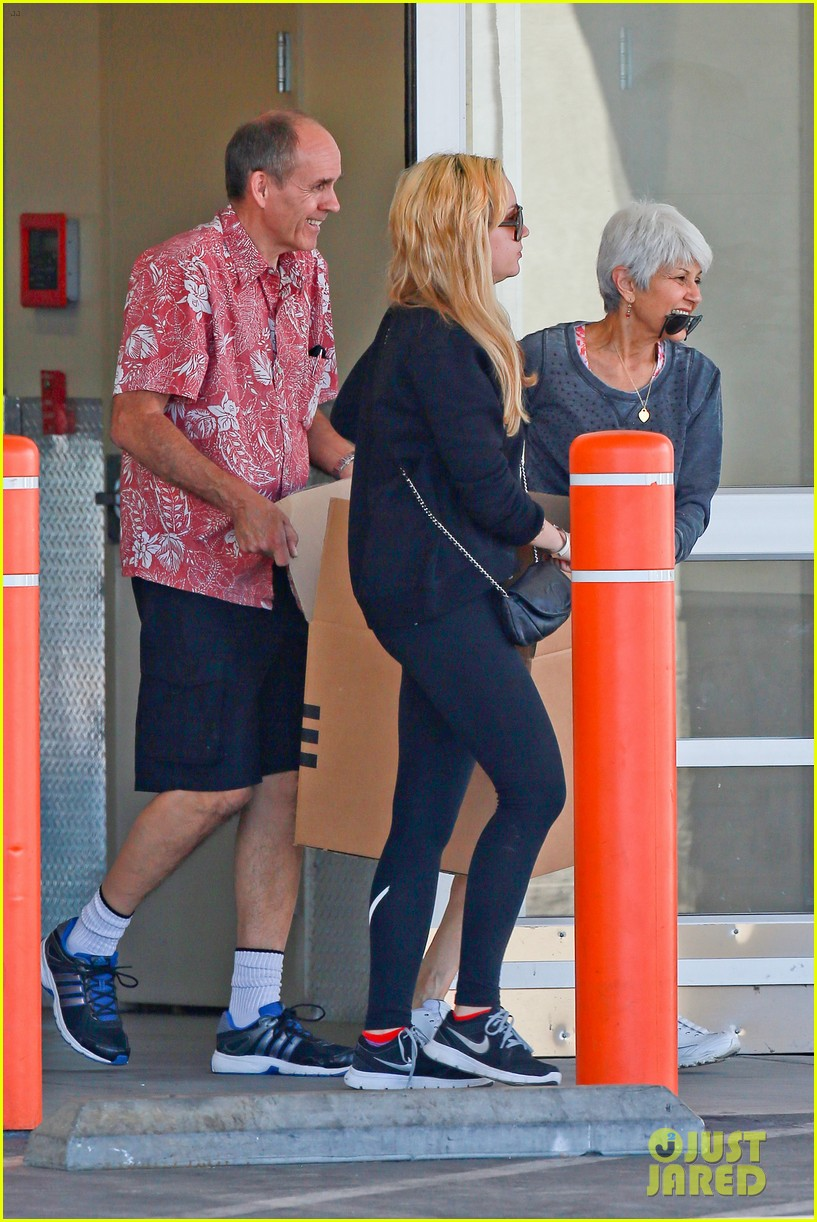 amanda bynes her parents pack up boxes at storage facility 29