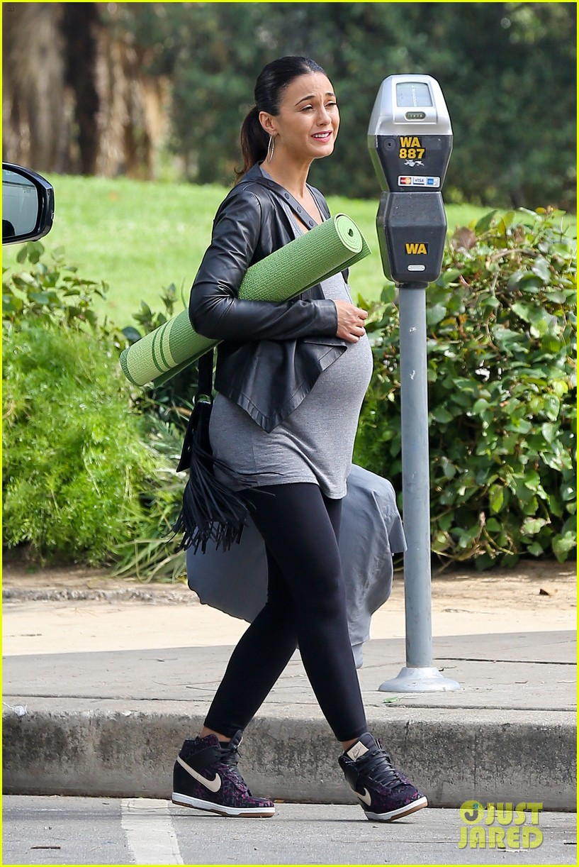 emmanuelle chriqui wears fake baby bump on entourage movie set 09