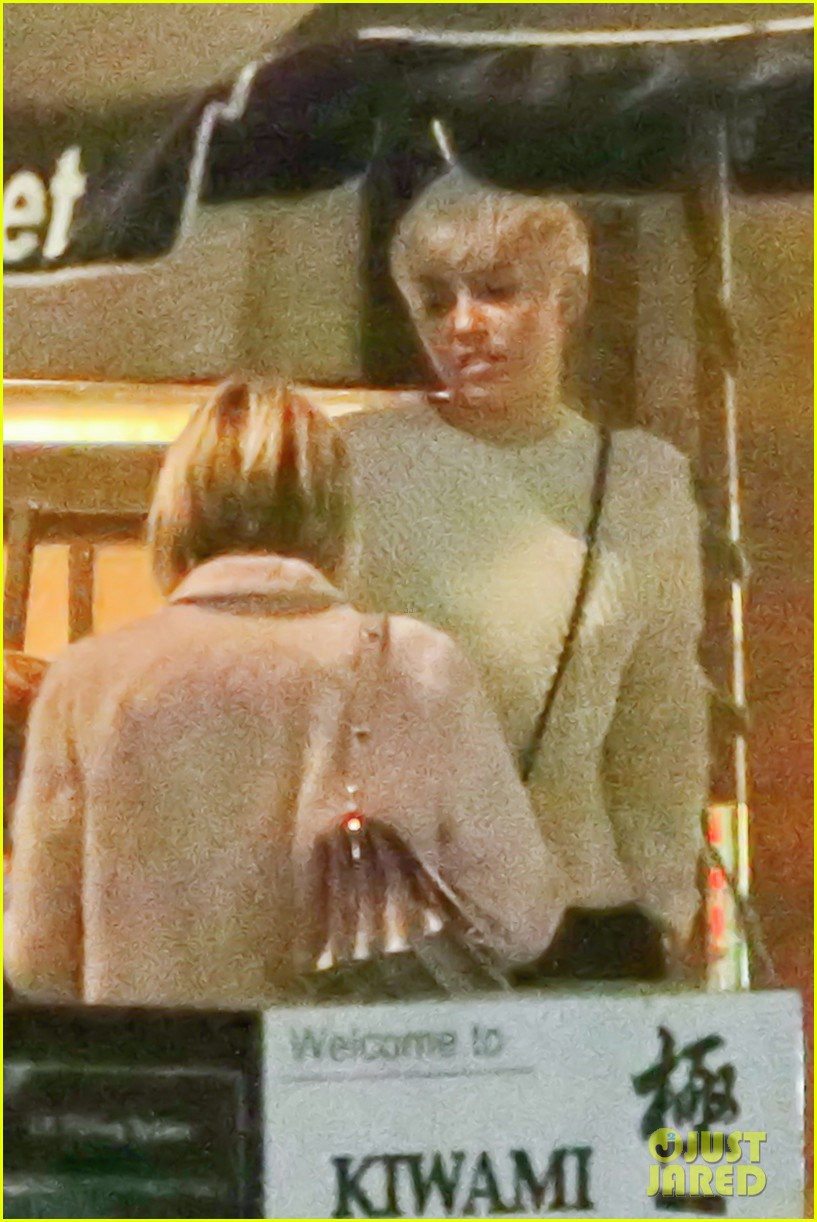 miley cyrus emma roberts have dinner together 043079658