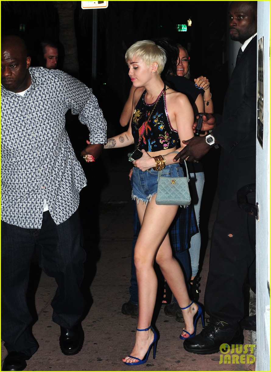 miley cyrus spits water on her bangerz audience they seem to love it 043076957