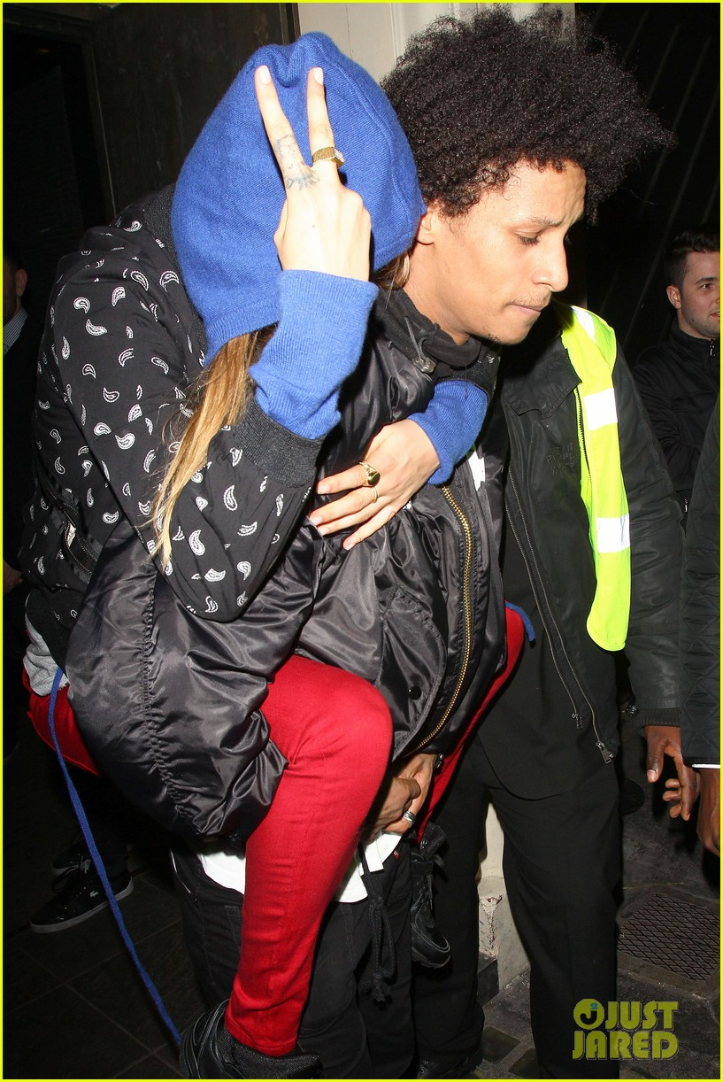 cara delevingne gets a piggy back from beyonces dancer 113066851