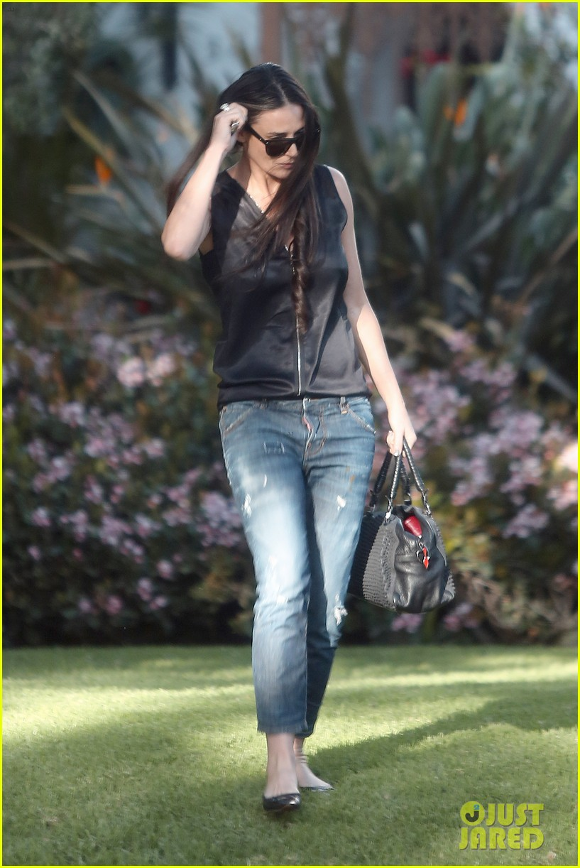 demi moore birthday party boyfriend jeans 13