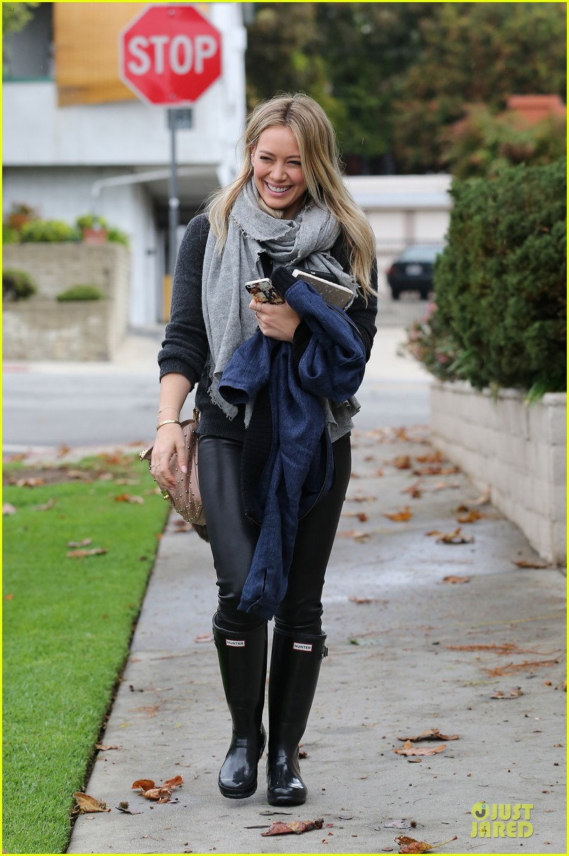 hilary duff gets pretty flowers from someone who loves her 01