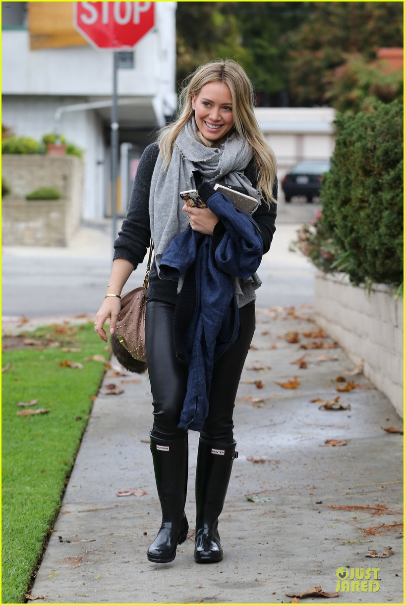 hilary duff gets pretty flowers from someone who loves her 08