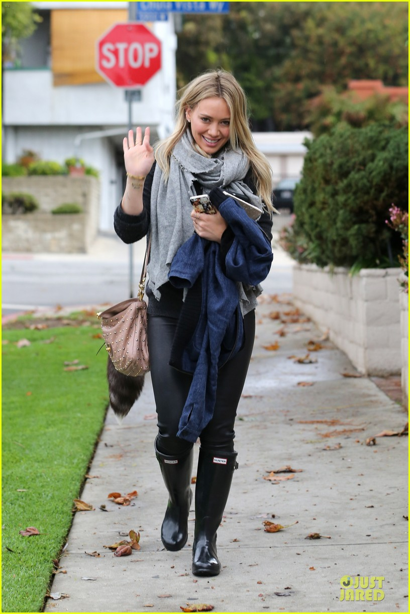 hilary duff gets pretty flowers from someone who loves her 093062693